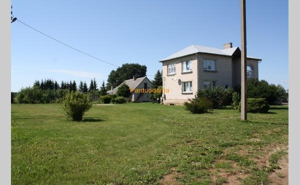 Ramioje vietoje mūrinis namas su 1,26 ha žemės
